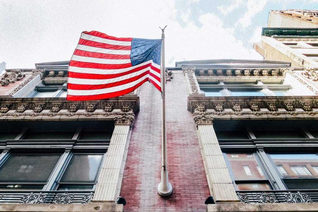 Amerikanische Flagge und Hausfassade
