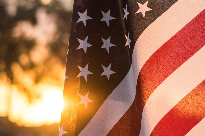 Amerikanische Flagge vor Sonnenuntergang