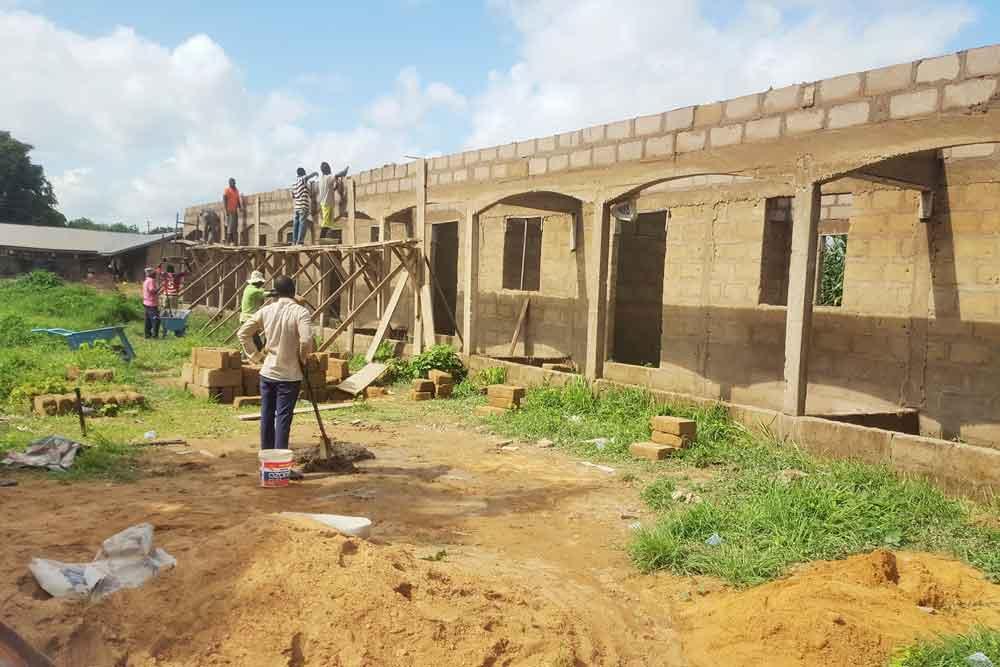 Menschen beim Hausbau