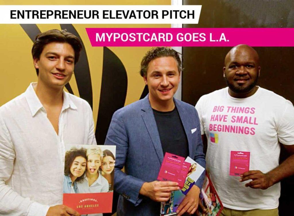 Oliver, Felix und Greginald mit Postkarten in der Hand