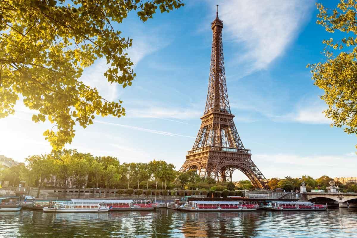 Eiffelturm bei Tag vor Kulisse mit Booten