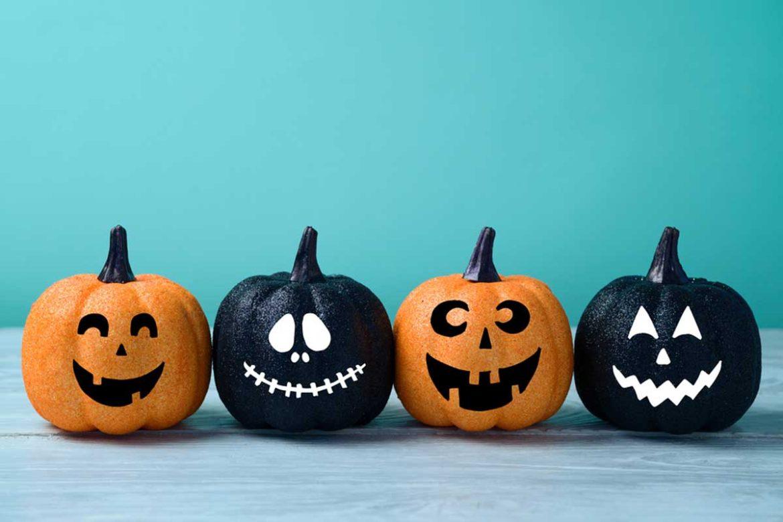 Halloweendeko mit bemalten Kürbissen