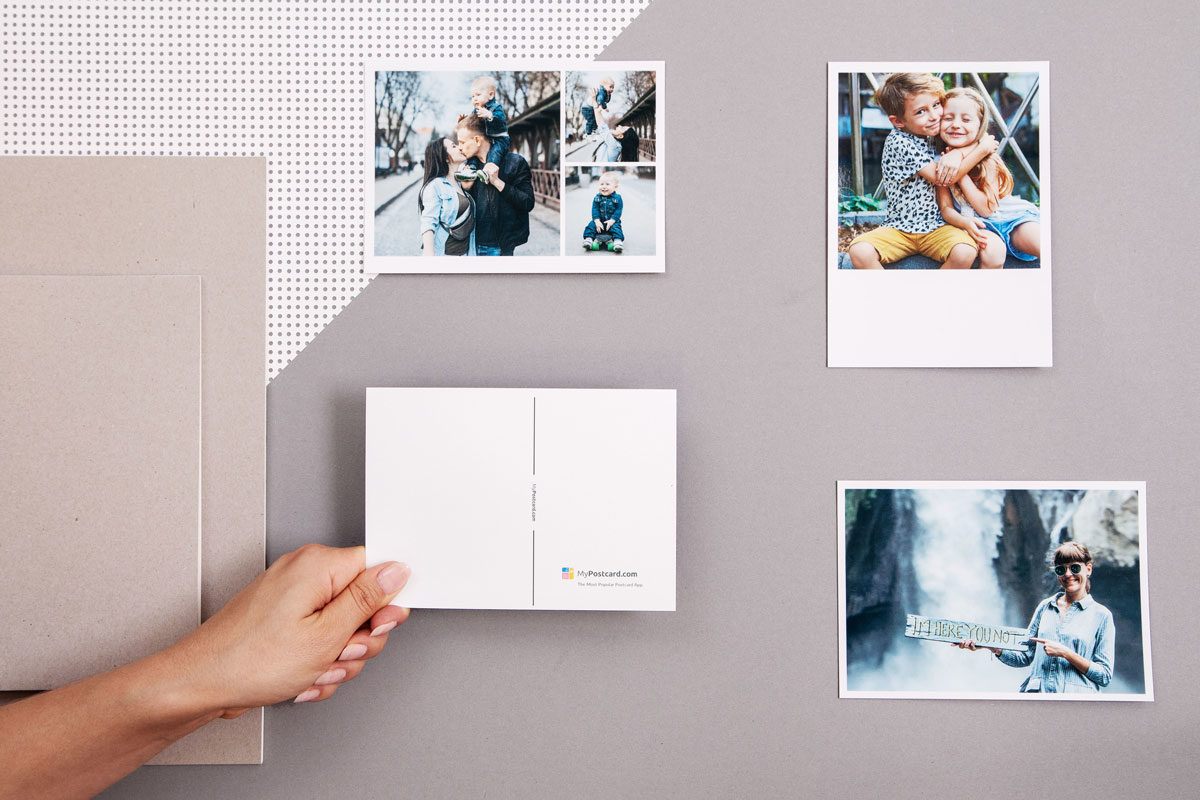 Flatlay mit Produktfotos von Postkarten