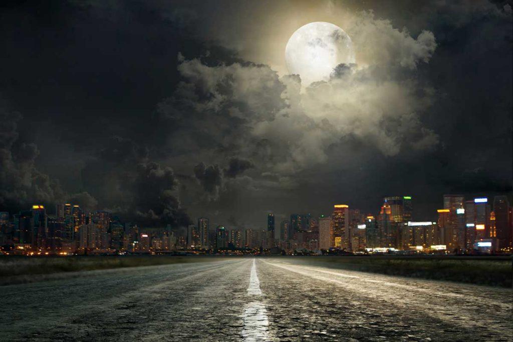 Nachtbild einer Großstadt im Mondlicht