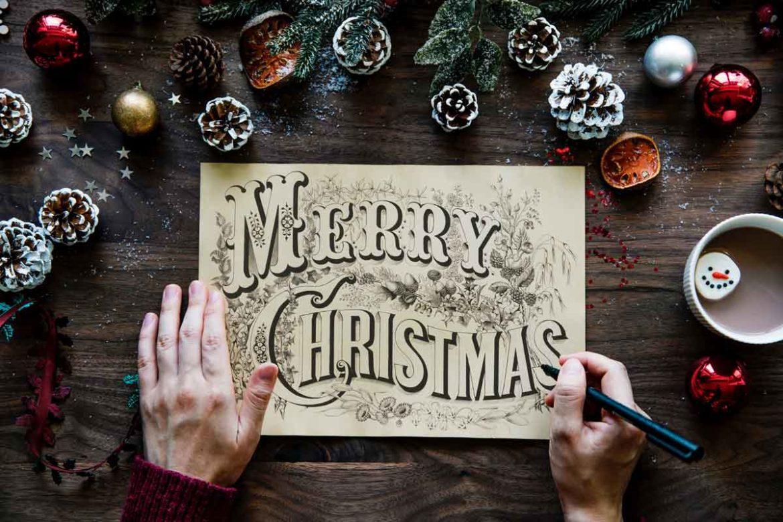 Flatlay mit Weihnachtsdeko, Kakao, Zeichnung mir Schriftzug und Händen