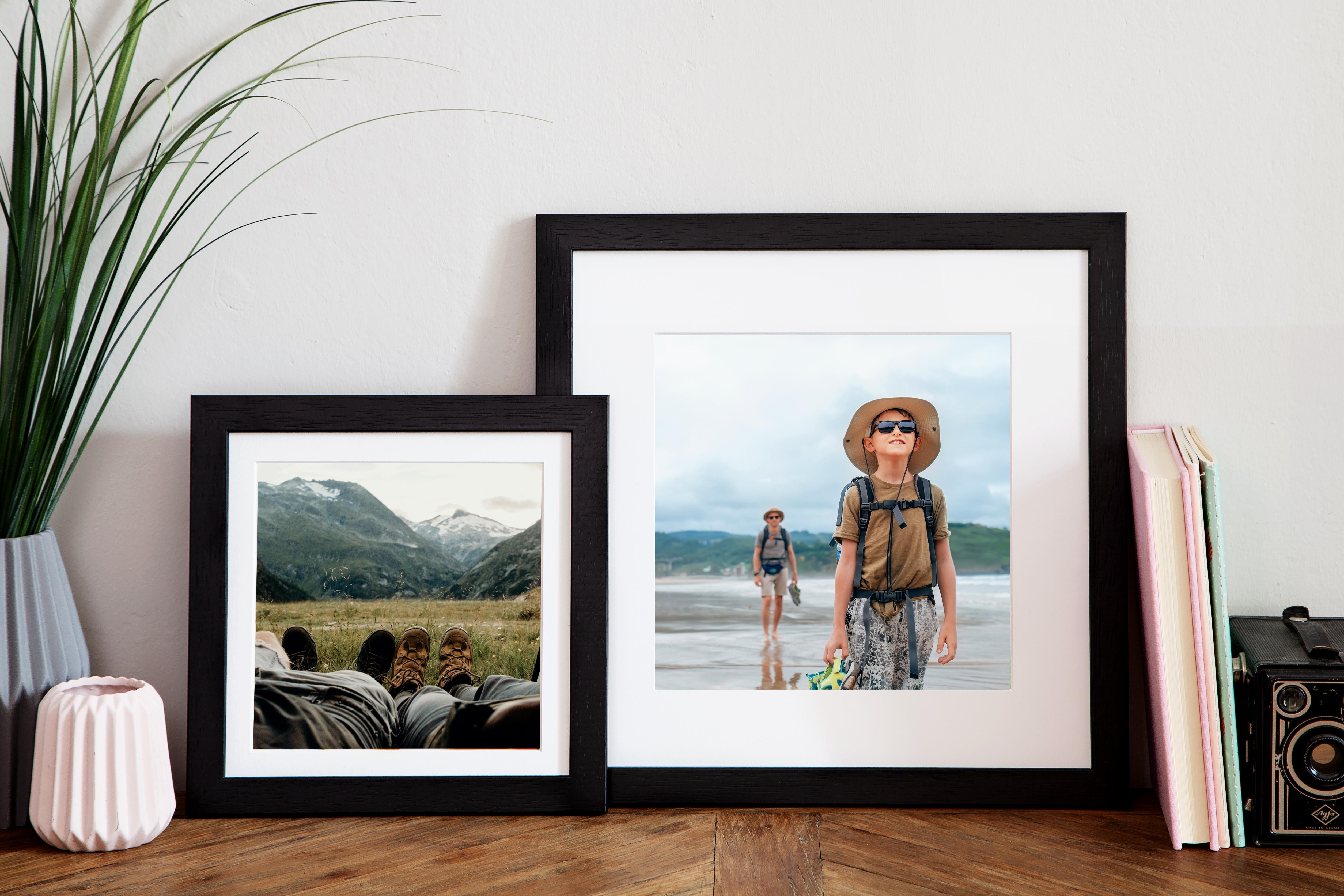 Zwei Bilderrahmen mit Urlaubsfotos auf Kommode