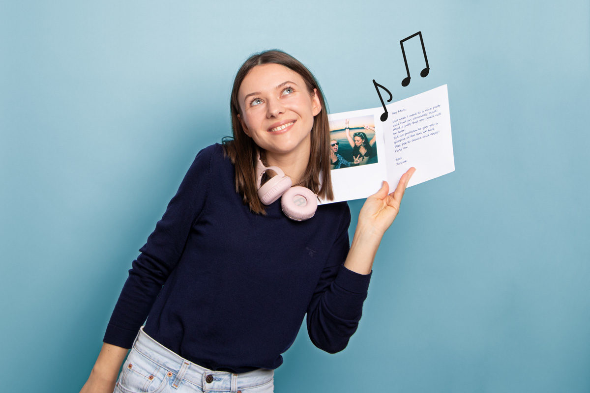Frau mit Audiokarte